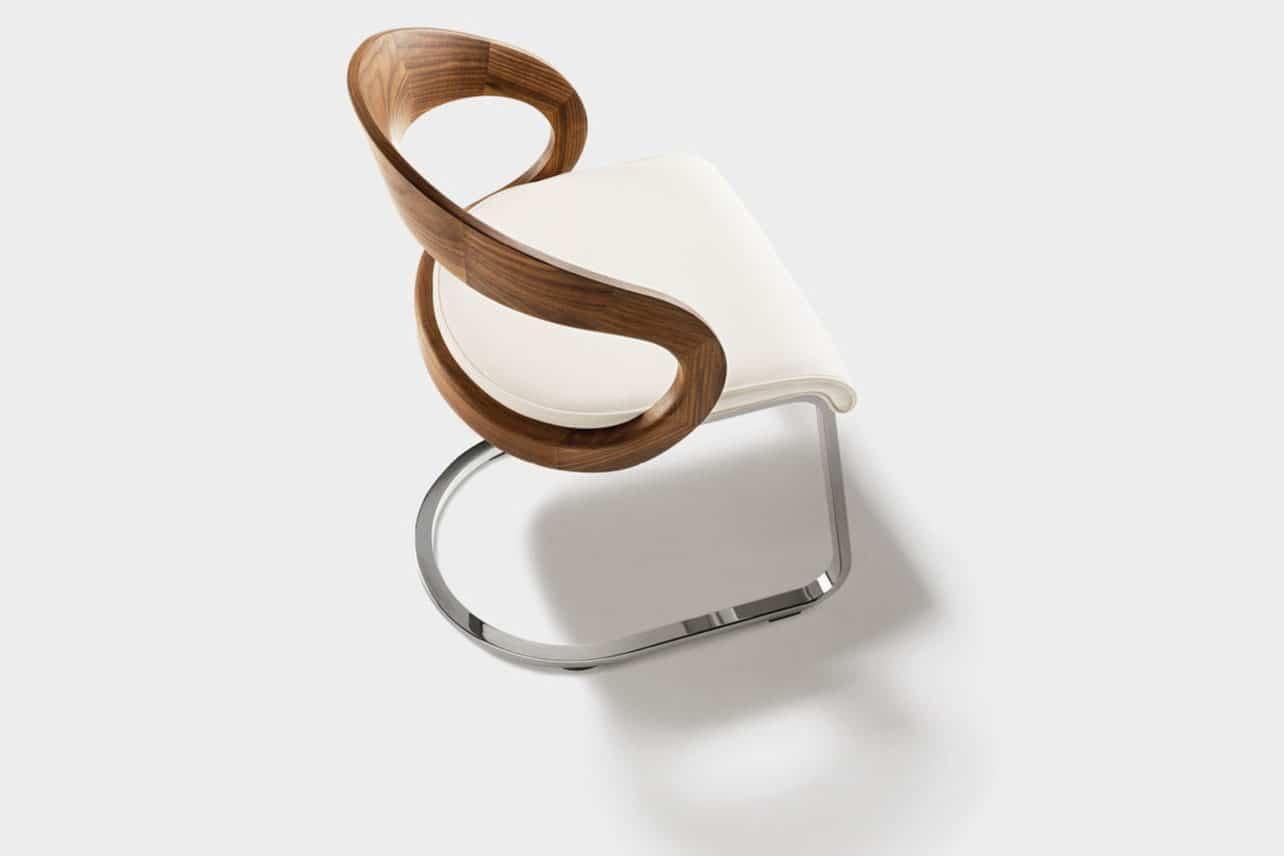 Freischwinger Stuhl Girado mit Rückenlehne in Holz Nussbaum, Gestell chrome glänzend.