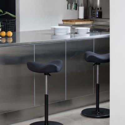 Die höhenverstellbare Stehhilfe Move erleichtert die Küchenarbeit