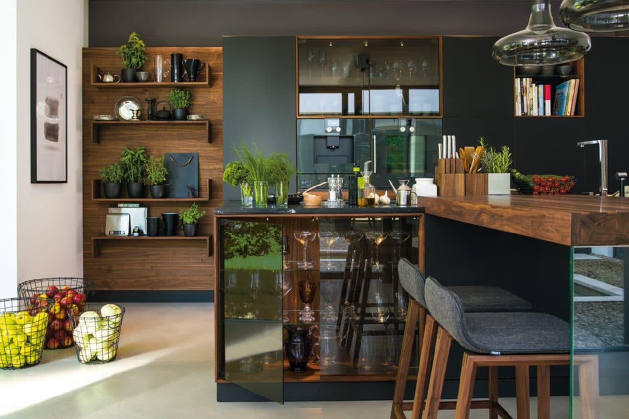 Küche Black Line in Nuss mit Rauchglas und Farbglas schwarz matt.