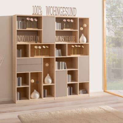 maßgenau planbares Massivholz-Regalsystem als Wohnwand in Fichte weiß geölt mit Farbglastüren