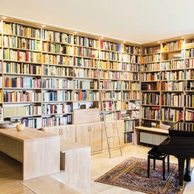 maßgenau planbares Regalsystem in Massivholz Eiche als raumhohe Bibliothekswand