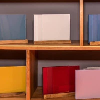 Auswahl an Farbglasvarianten für Massivholz-Planungssystem