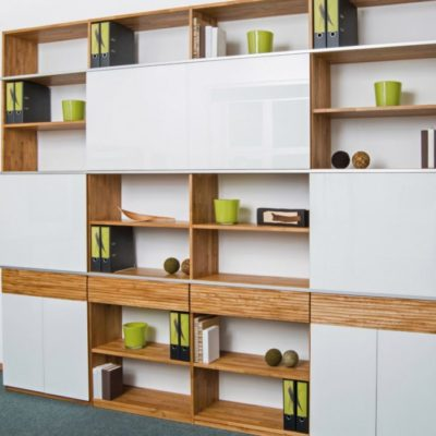 Wohnwand aus massivem Eichenholz mit strukturierter Oberfläche und mit weißen Glasfronten