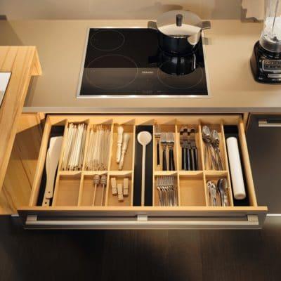 Besteckeinsatz für eine Schublade der Küche L1 in Kernbuche geölt.