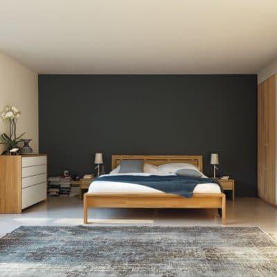 Lunetto Bett mit Nachtkästchen und Kommode in Kernbuche.