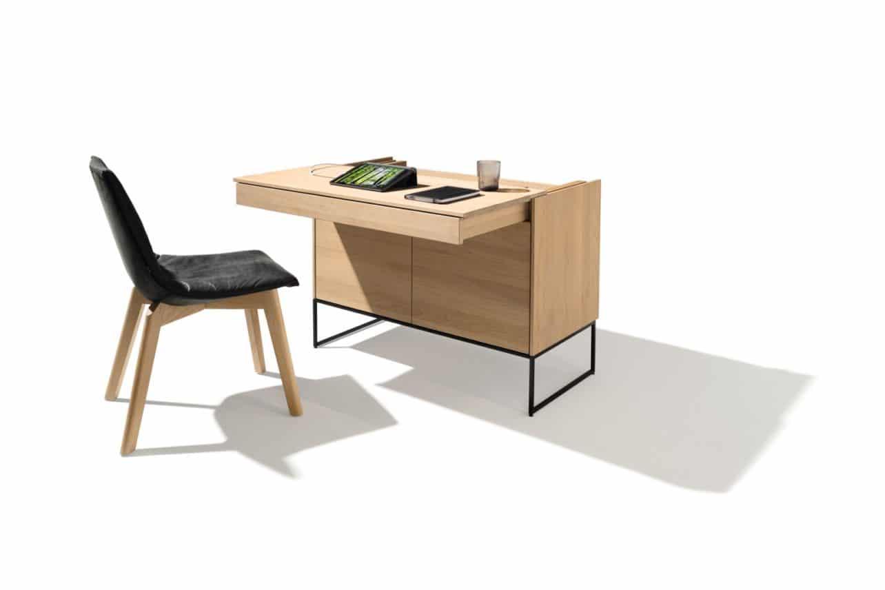 Sekretär Filigno von Team7 in Eiche weiß geölt mit Metallrahmengestell und ausgezogener Tischplatte